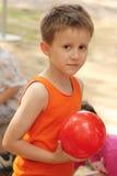 Junge mit Ball Stockfotografie