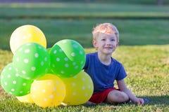 Junge mit Ballonen Stockfotos