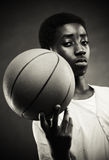 Junge mit Basketball Lizenzfreies Stockbild