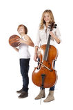 Junge mit Basketball und Mädchen mit Kontrabass Stockfotos