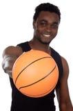 Junge mit Basketballkugel Stockfoto