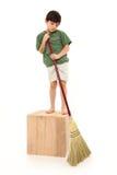 Junge mit Besen lizenzfreies stockfoto