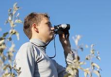 Junge mit Binokeln in der Hand Lizenzfreie Stockbilder