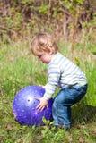 Junge mit blauer Kugel stockbild