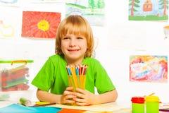 Junge mit Bleistiften Stockbild