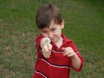 Junge mit Blume 1 Lizenzfreie Stockfotografie