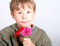 Junge mit Blumen Stockfotos