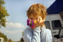 Junge mit Blumenstrauß Lizenzfreies Stockbild