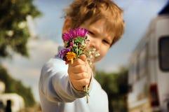 Junge mit Blumenstrauß Stockfoto
