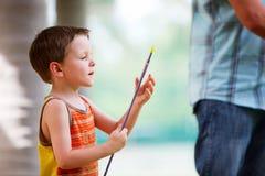 Junge mit Bogenschießenpfeil Lizenzfreie Stockbilder