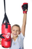 Junge mit Boxhandschuhen und einem Sandsack auf einem weißen Hintergrund Stockfotos