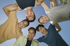 Junge (13-15) mit Brüdern und Vater in einer Wirrwarransicht von unterhalb. Stockbilder