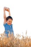Junge mit Brot auf reifem Feld Lizenzfreies Stockfoto