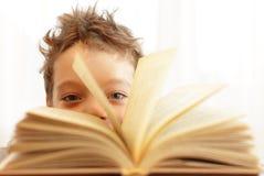 Junge mit Buch Lizenzfreie Stockbilder