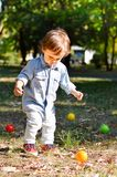 Junge mit bunten Bällen im Park lizenzfreies stockfoto