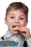 Junge mit Chips Stockbilder