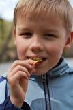 Junge mit Chips stockfoto