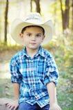 Junge mit Cowboyhut stockbild