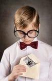 Junge mit dem alten Buchstaben Stockfoto