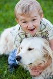 Junge mit dem Apportierhund im Freien Lizenzfreie Stockfotos