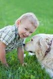 Junge mit dem Apportierhund im Freien Stockfoto