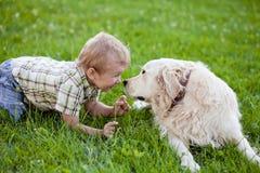 Junge mit dem Apportierhund im Freien Lizenzfreie Stockbilder