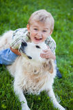 Junge mit dem Apportierhund im Freien Stockfotos