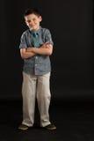 Junge mit dem Arme gekreuzten Fungieren stark Lizenzfreie Stockbilder