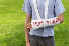 Junge mit dem gebrochenen Arm draußen Stockfotos