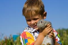 Junge mit dem Kaninchen Stockbild