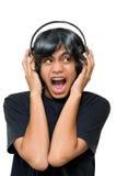 Junge mit dem Kopfhörerkreischen lizenzfreies stockbild