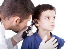 Junge mit dem kranken Ohr Stockfotos