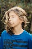 Junge mit dem langen Haar lizenzfreie stockfotos