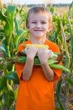 Junge mit dem Mais Lizenzfreie Stockfotos