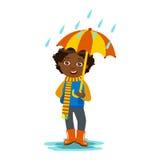 Junge mit dem offenen Regenschirm, der unter Regentropfen, Kind in Regen Autumn Clothes In Fall Seasons Enjoyingn und regnerische Stockbild