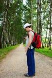 Junge mit dem Telefon lizenzfreies stockfoto