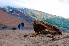 Junge mit dem Vater, der auf szenischer Vulkanlandschaft auf Sizilien schaut Italienische Vulkane Ätna lizenzfreie stockfotografie