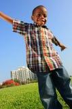 Junge mit den Armen ausgedehnt Lizenzfreie Stockbilder