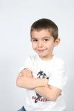 Junge mit den Armen gefaltet lizenzfreie stockbilder