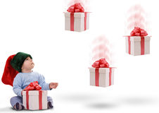 Junge mit den Geschenken, die unten fallen Stockbilder