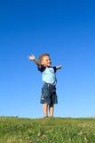 Junge mit den Händen oben Lizenzfreies Stockbild