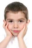 Junge mit den Händen zum Gesicht lizenzfreie stockbilder