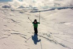 Junge mit den Wanderstöcken, die in die Berge reisen Stockbilder