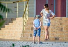Junge mit der Eiscreme, die von der verärgerten Mutter gescholten wird lizenzfreie stockfotografie