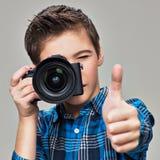 Junge mit der Fotokamera, die Fotos macht Stockbilder