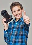 Junge mit der Kamera, die Fotos macht Lizenzfreies Stockbild