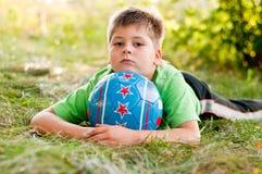 Junge mit der Kugel auf der Natur Lizenzfreie Stockfotografie