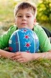 Junge mit der Kugel auf Natur Lizenzfreie Stockfotos