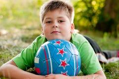 Junge mit der Kugel auf Natur Stockbild