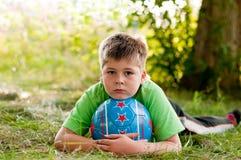 Junge mit der Kugel auf Natur Stockfoto